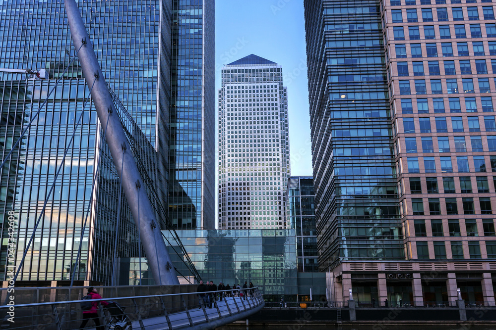 Fototapeta Canary Wharf is a large business and shopping development in East London. London's traditional financial centre