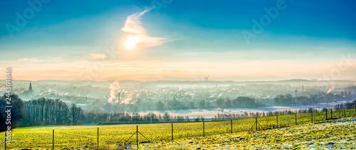 Poster Rivière de la forêt Blick auf das winterliche Frankenberg zum Sonnenaufgang im Nebel