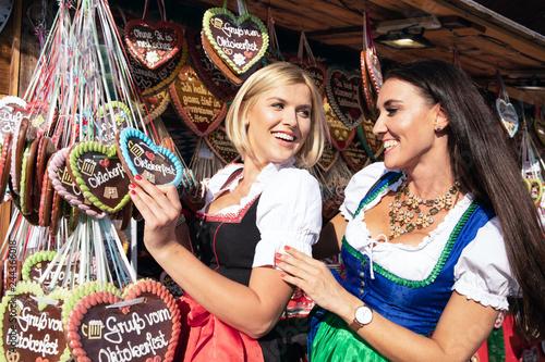 Fotografie, Obraz  2 junge sexy Frauen haben Spass auf dem Frühlingsfest, Oktoberfest, Wiesn, mit L