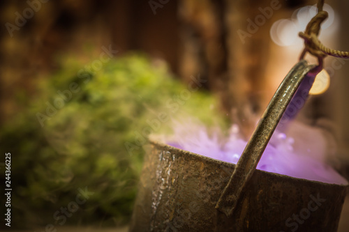 Foto  Cauldron with purple magic boiling potion or witching toxic poison soup