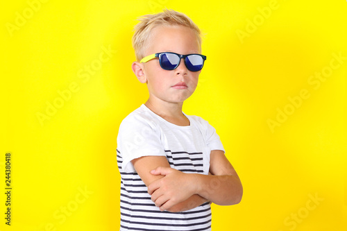 Photo Cute cool blond boy wearing sunglasses looking at camera
