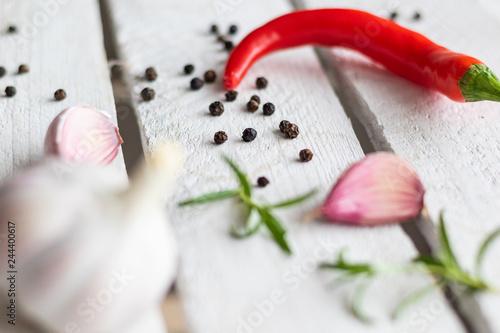 Czerwona papryka chili na biały drewniany stół