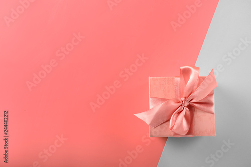 Photo  Small gift box on color background