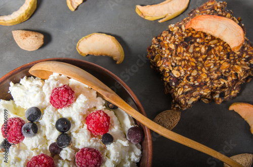Astounding Cottage Cheese With Frozen Berries Kaufen Sie Dieses Foto Home Interior And Landscaping Palasignezvosmurscom
