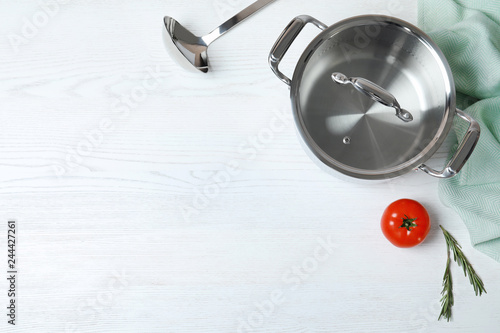 Fotografía  Flat lay composition with clean cookware and space for text on white wooden back