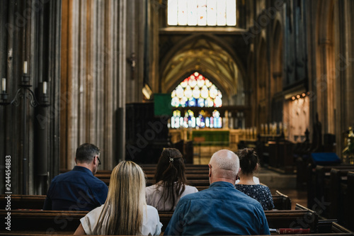 Fotomural Churchgoers sitting in the pew