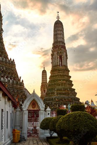 Foto  Wat Arun Temple at sunset in bangkok Thailand