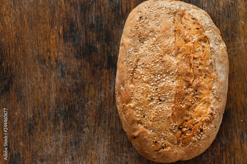Montage in der Fensternische Brot Whole loaf bread crispy wooden background copy space top view
