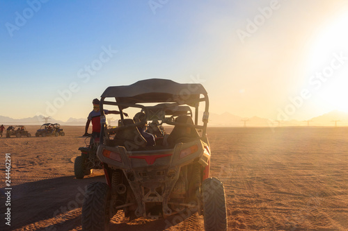 Poster de jardin Desert de sable Safari trip through egyptian desert driving buggy cars
