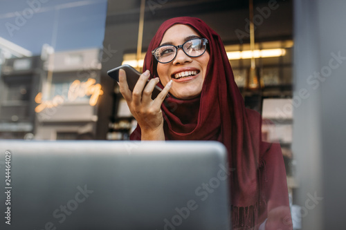 Obraz na płótnie Muslim woman running business online from coffee shop