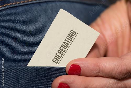 Fototapeta Eine Frau Und Eine Visitenkarte Von Einer Eheberatung
