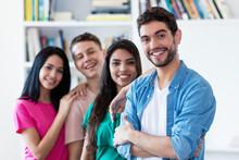 Lachender Spanischer Jugendlicher Mit Freunden In Reihe