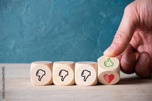 Photo  Hand dreht Würfel um und findet ein Herzsymbol nach mehreren Fehlschlägen - Konz