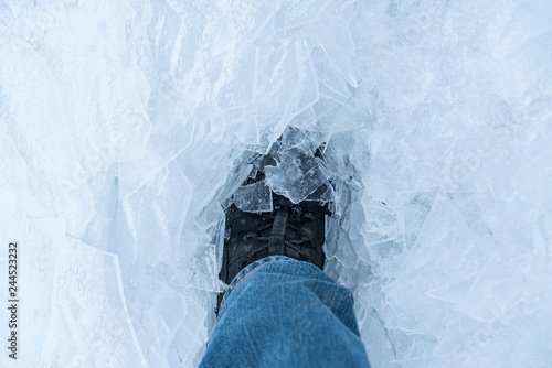 Photo  A snow boot close up shot of a ice shoe standing and walking in fresh white powder snow