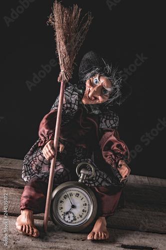 Fotografia  Befana con orologio - still life
