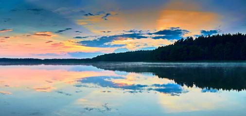 Piękny panoramiczny widok zmierzch nad Lemiet jeziorem w Mazury okręgu, Polska. Fantastyczne miejsce podróży.