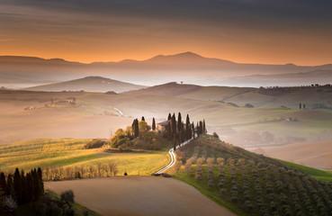 Toskańska willa o świcie, San Quirico d'Orcia, Toskania, Włochy