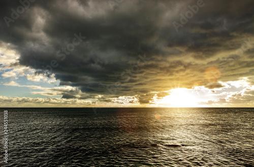 Fényképezés  Dunkle wolken über Meer