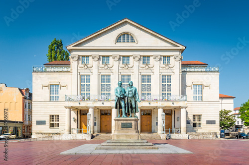 Fotografía Weimar Nationaltheater with Goethe-Schiller monument, Thuringia, Germany