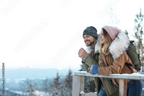 Dobiera się z plecakami cieszy się widok górskiego podczas zima wakacje. Miejsce na tekst