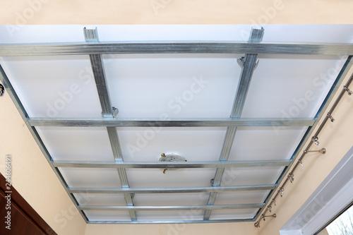 Fototapeta Stelaż z profili aluminiowych pod płyty gibsowo kartonowe na suficie. obraz