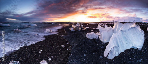 Foto op Plexiglas Aubergine Beautiful sunset over famous Diamond beach, Iceland.