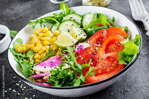 weganska-miska-buddy-miska-ze-swiezymi-surowymi-warzywami-ogorkiem-pomidorem-rzodkiewka-arbuza-salata-rukola-i-kukurydza-swieza-salata-jedzenie-wegetarianskie
