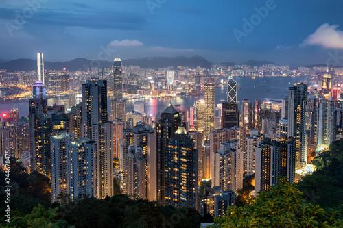 Fotobehang Aziatische Plekken Blick auf die beleuchtete Skyline von Hongkong ab Abend