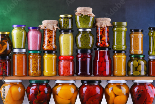 Fotografía  Jars with variety of pickled vegetables and fruits