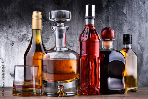 Photo sur Aluminium Bar Carafe and bottles of assorted alcoholic beverages.