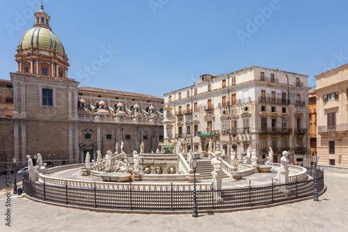 La pose en embrasure Palerme Piazza Pretoria, Palermo, Italia