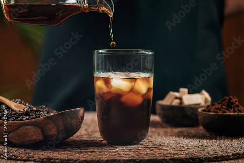 Photographie Pouring Cold Brew Iced Coffee