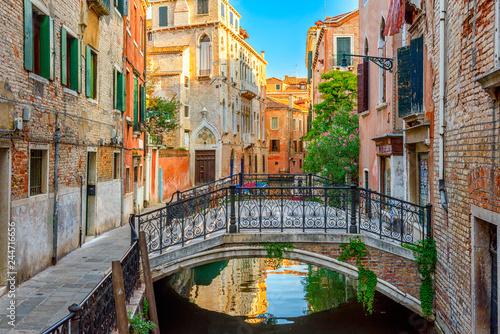 Plakat Wąski kanał z mostem w Wenecja, Włochy. Architektura i punkt orientacyjny Wenecji. Przytulny pejzaż Wenecji.