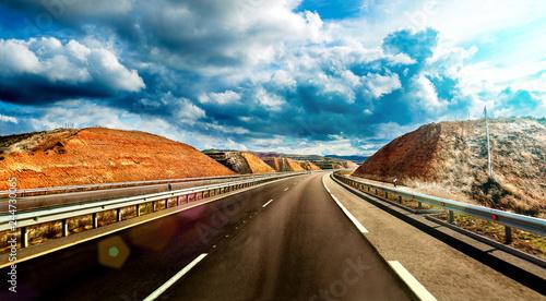 Zdjęcie XXL Podróż drogą i rozrywką Sceniczny krajobraz autostrada i chmurny niebo Miejsca przeznaczenia i bezpieczeństwa drogowego pojęcie