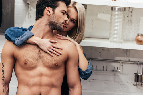 Photo  selective focus of young couple hugging at kitchen