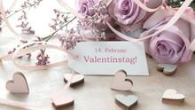 Schild Mit Valentinstagserinnerung Auf Holzhintergrund, Mit Rosen Und Herzen Dekoriert