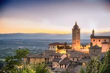 Monforte D'alba, Paese Italiano Al Tramonto