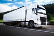 Fahrender LKW auf Autobahn Straße mit weißem Anhänger und Bewegungsunschärfe