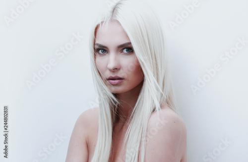 Fotografia Close-up of a sad beautiful blonde woman