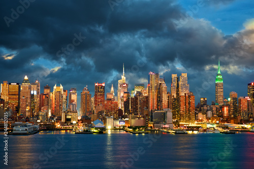 In de dag Stad gebouw New York City Midtown Manhattan skyline at dusk over Hudson River