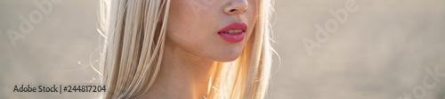 Fotografie, Obraz  Volto femminile con rossetto rosa, alla luce del sole con capelli biondi, moda e