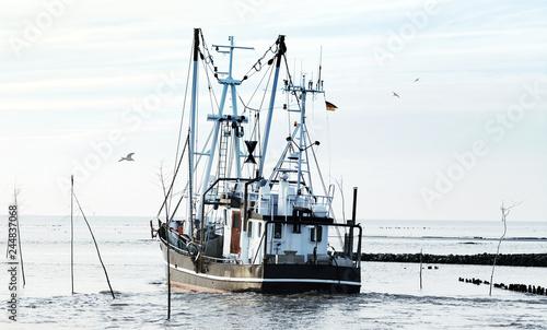 Krabbenkutter auf dem Weg zu den Fanggründen in der Nordsee, Küstenfischerei an der Nordseeküste