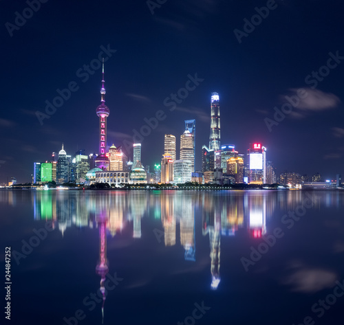 Foto op Aluminium Shanghai beautiful shanghai skyline and reflections