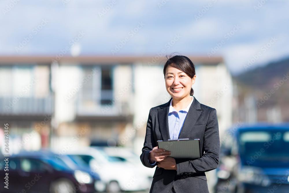 Fototapety, obrazy: 住宅街を歩くスーツの女性
