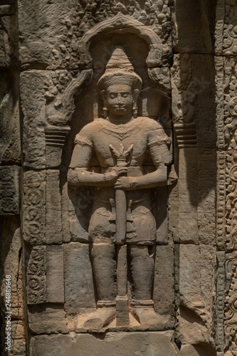 Photo Stone statue of man in wall alcove