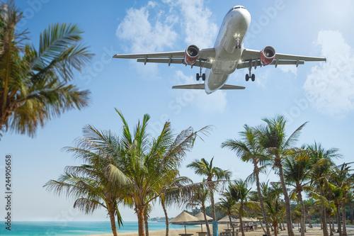 Flugzeug landet im Urlaubsort Canvas Print