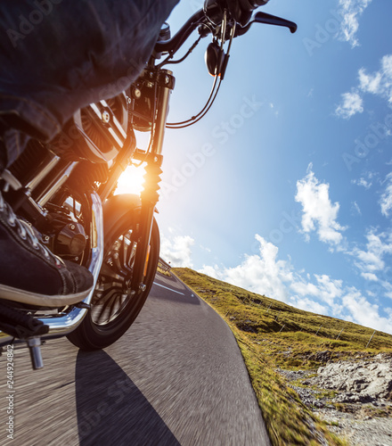 Photo  Detail of motorcycle driving in Alpine road