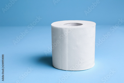 Fotografía  Roll of toilet paper on color background