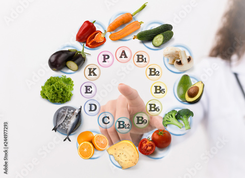 Photo  Hand of nutritionist pointing virtual screen with food icons