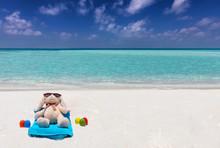 Osterferien Reise Konzept: Osterhase Mit Bunten Ostereiern Im Urlaub Bräunt Sich Am Tropischen Strand Der Malediven